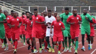 Photo of Jean Marc Makusu applaudi par les supporters à l'entrainement
